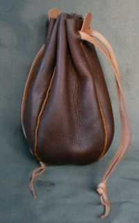 Round money purse with piped seams